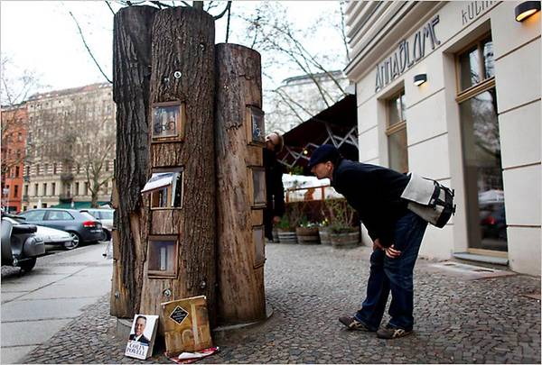 public street bookshelves in berlin made from hollow logs boing boing. Black Bedroom Furniture Sets. Home Design Ideas